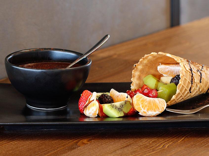 Cialda di frutta invernale: cialda croccante, frutta, fonduta di cioccolato