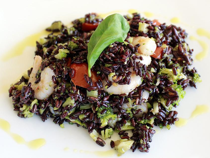 Insalata di riso venere con gamberetti, scalogno, pomodorini e broccoli